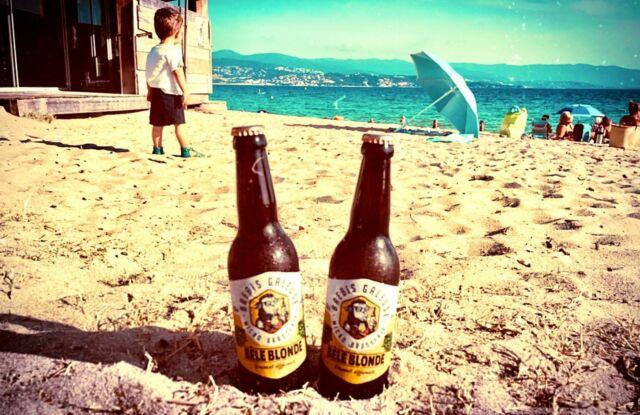 On a croisé … 2 bêles blondes sur la plage ! ☀️ 😉  #brasseriebrebisgaleuse #summervibes #biereplage #beachbeer #corse #patromoinefrancais